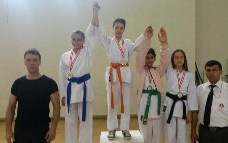 Belediye Spor karatecileri y�ld�zla�t�